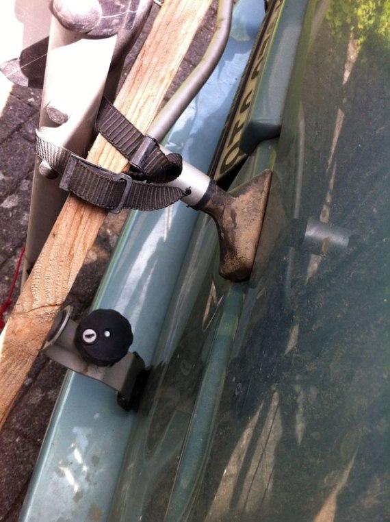 Beulen sind auf Fotos immer schwierig. Diese beeinträchtigt die Funktion unseres Fahrradträgers, auf dem wir die Toolbox befestigen. Den Träger hatte ich auf Tour mit der Dachlatte so verzurrt, dass er auch auf üblen Strecken noch hält.