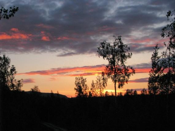 In Mittelschweden wird es nicht mehr dunkel, die Sonne geht aber noch unter.