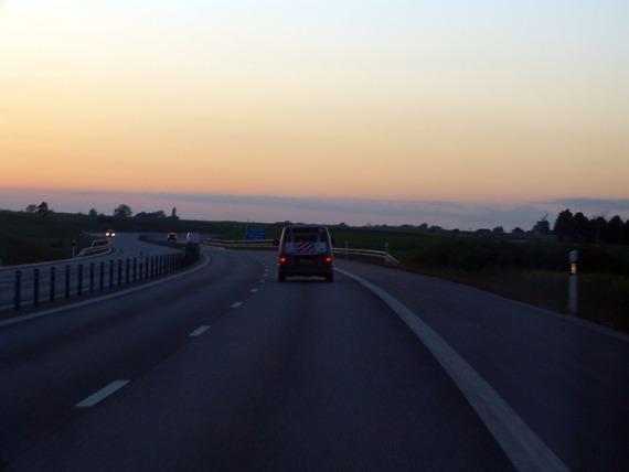 Die ersten Kilometer schwedische Autobahn. Ein bisschen dunkler wird es noch, es bleibt aber immer ein wenig Restlicht.