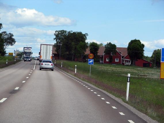 Freundlicherweise werden feste Blitzer in Skandinavien mit Schildern angekündigt. Etwas dichterer Verkehr bei Karlstad.
