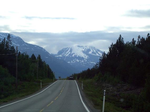 Gewaltige Berge erheben sich vor uns.