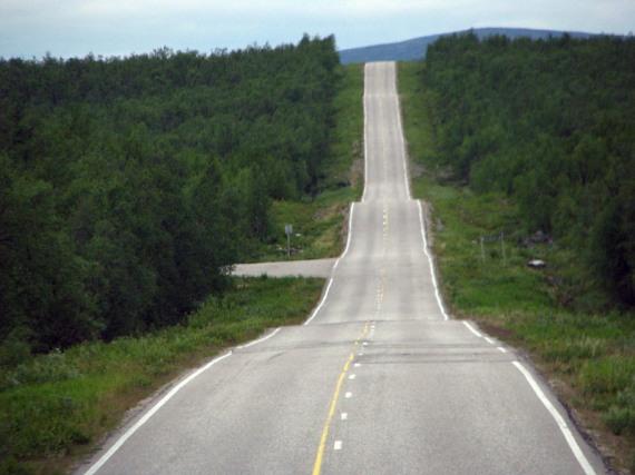 Die finnische Landstraße ist etwas buckelig.
