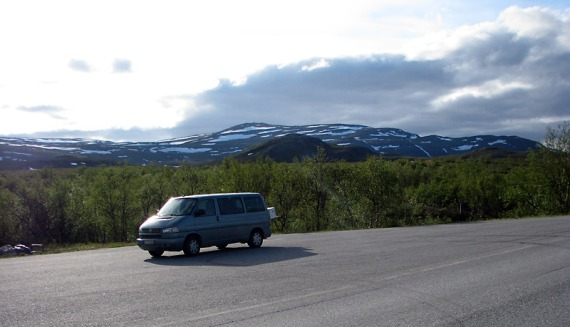 Parkplatz an der Grenze. Im Hintergrund die Fjordberge.