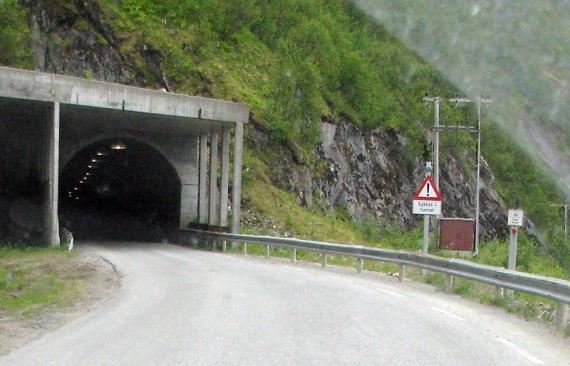Interessante Einrichtung bei den engen Tunneln auf Senja: Radfahrer können den roten Knopf rechts unten drücken. Dann blinkt das Licht am Warnschild und jeder weiss, dass im Tunnel jemand radelt. Am Ende des Tunnels ist ein zweiter Knopf, mit dem man das Licht wieder aus machen kann.