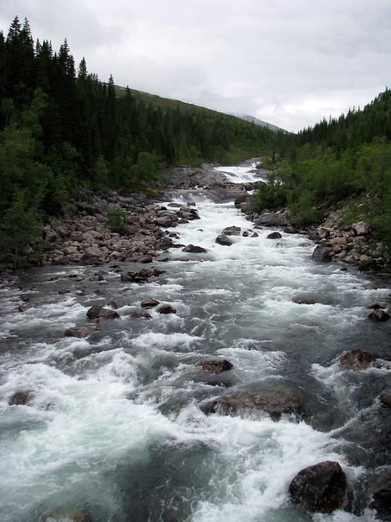 Der tosende Fluss unweit des Lagers
