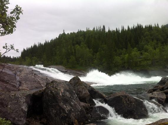 Am oberen Lauf des Wasserfalls sind wir unterwegs zu einem Cache.