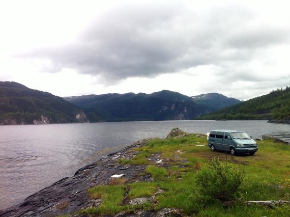 Perfekter Lagerplatz auf einer Landzunge am allerletzten Fjord auf der Route.
