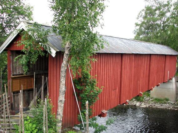 Die Hammarsbrua ist eine der längsten erhaltenen überdachten Holzbrücken ohne Mittelpfeiler. So steht es zumindest auf den Schildern, die am Eingang zu sehen sind.