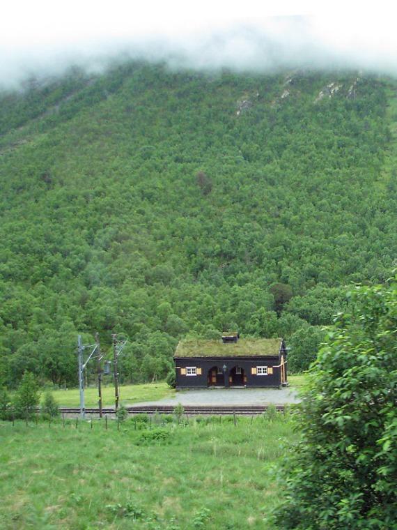 Die Bahnhöfe in der Gegend sind urig und passen gut in die Landschaft.