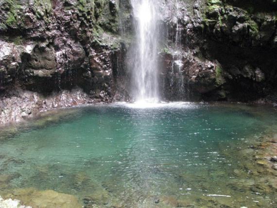 Das Becken, in das sich der Wasserfall ergießt