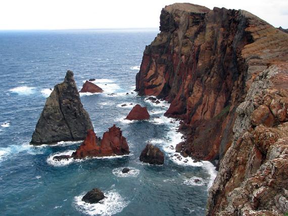 Felstürme an der Nordküste der Halbinsel São Lourenço