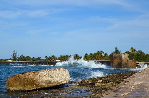 Langsam verfallender Wellenbrecher für den Hotelstrand, Playa Girón