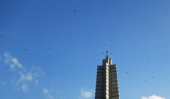 Greifvögel am Monumento a José Martí, La Habana