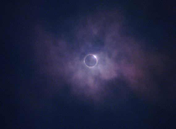 Ich hatte mir fest vorgenommen, die Sonne nicht zu fotografieren. Aber als dann die Schwarze Sonne am Himmel stand, riss ich meine AE-1 hoch und machte dieses Bild frei Hand mit einem 200er Tele.